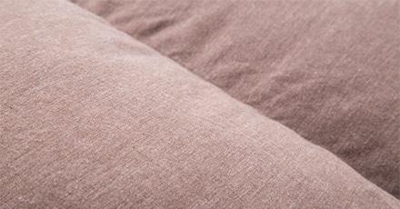 肌着のようなやさしい肌ざわりのカインズの羽毛布団です。